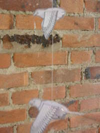 Grote papieren adelaar vliegt onder kleine adelaar