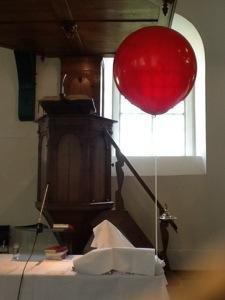 De ballon krijgt een plaats op de avondmaalstafel