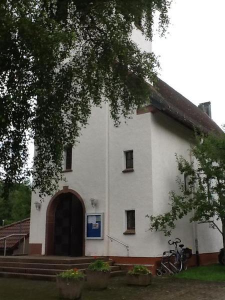 Mijn fiets geparkeerd tegen de Evangelische kerk in Lenzkirch. Naast een rollator.