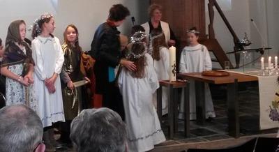 Verklede kinderen in de kerk beelden Lucasevangelie uit tijdens de Kerst