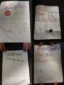 4 papieren met tekst die luidt als stop met oorlogvoeren
