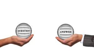 twee handen houden elk een bol vast, in de ene bol staat het woord question, in de ander bol answer