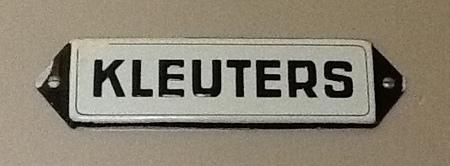 Metalen bordje met de tekst: kleuters.