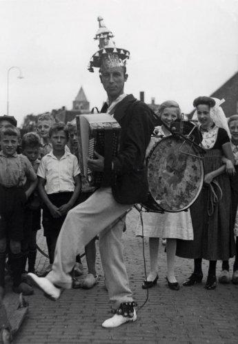Foto van een man die in zijn eentje een aantal muziekinstrumenten bespeelt: Koperen Ko