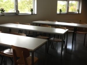 schooltafels en stoelen in een klaslokaal opstelling, de koranschool