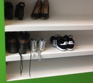 kast met diverse schoenen zoals hij in een moskee staat