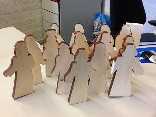 12 houten mensfiguren