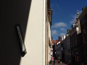 deurpost met mezoeza van synagoge Middelburg
