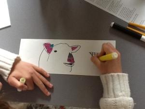 hand met viltstift bezig aan een tekening