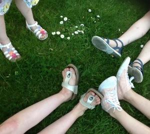 gras met benen van kinderen die in het gras liggen