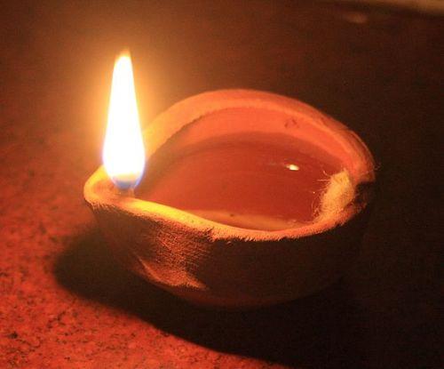 brandende indiaase olielamp als symbool voor inspiratie