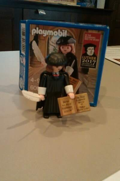 plastic poppetje dat Luther voorstelt