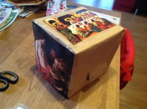 Kartonnendoos met gat erin om te kunnen voelen wordt gebruikt voor een nevendienst over ongelovige thomas