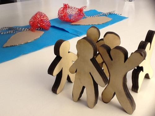 houten poppetjes beelden bijbelverhaal uit jezus roept zijn leerlingen