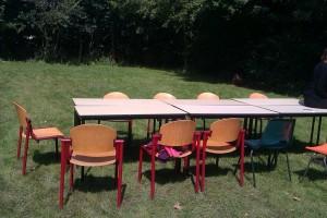tafels-en0stoelen-op-een-grasveld