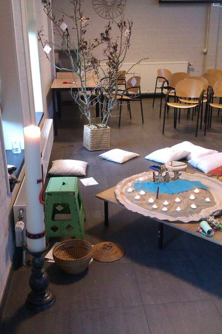 paaskaars en een tafel waar een godly play verhaal is verteld tijdens een kliederkerk