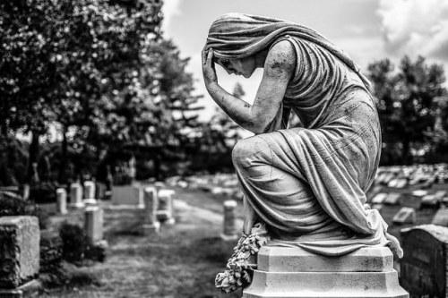 beeld met droevige indruk op een begraafplaats