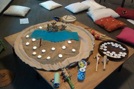 tafel met woestijnzak waarop muziekinstrumenten slingeren