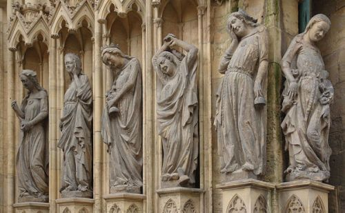 De dwaze meisjes zijn het tegenovergestelde van waakzaam en alert. 6 beelden van de Dom van Erfurt