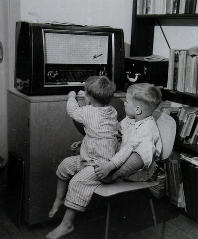 Twee kinderen luisteren naar een radio