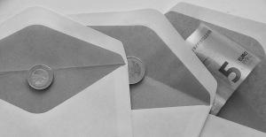 drie enveloppen met geld: een twee en vijf euro