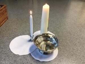 Voorwerpen die gebruikt zijn bij het vertellen van het liturgisch verhaal over dopen