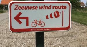 Bordje fietsroute met de naam Zeeuwse wind route. Ondersteunt tekst over gezegend op reis gaan als je tegenwind hebt.