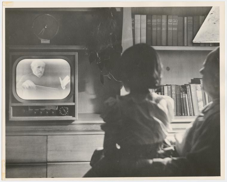 Kind kijkt TV vormt illustratie bij artikel over veertigdagentijdprojecten 2021 vanwege de coronamaatregelen