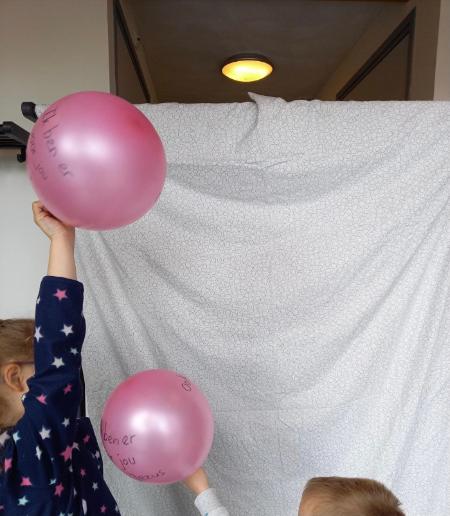 kinderen gooien ballonnen over en weer
